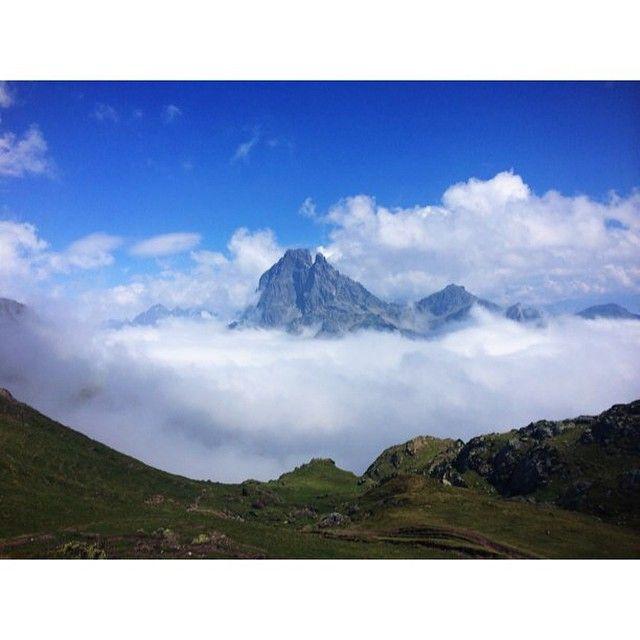 «Traversée Aspe / Ossau. Après avoir eu la tête dans les nuages pendant les deux dernières heures de montée, le Jean-pierre nous a offert une belle percée…»