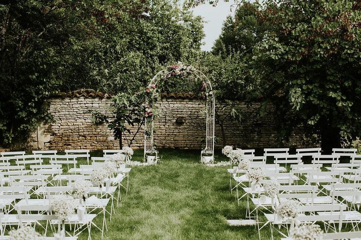 Outdoor wedding ceremony inspiration / Wedding Arch / Wedding ceremony at home www.pureexpressionevents.com Nicole Tournois Wedding Planner