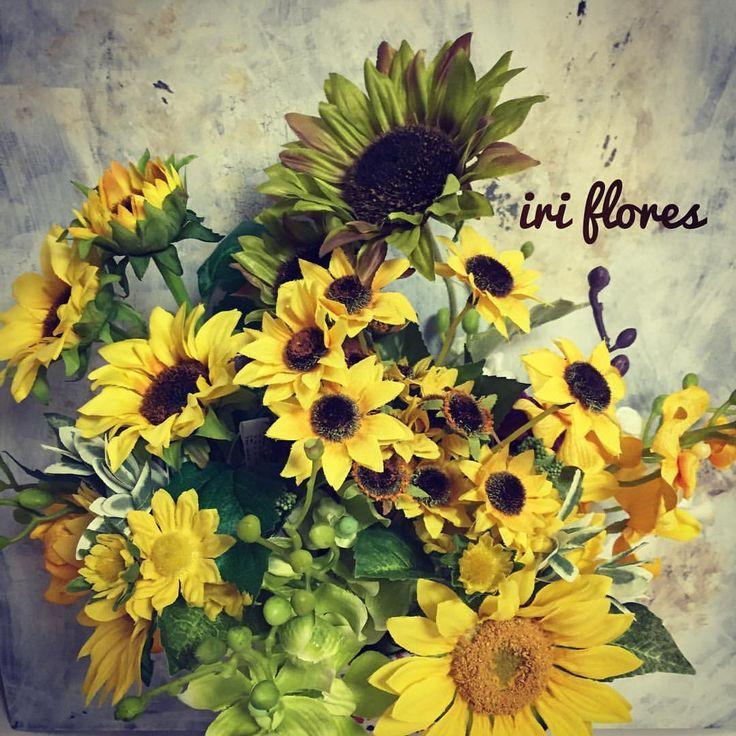 いいね!14件、コメント1件 ― iri flores(イリフローレス)さん(@iriflores.botanica)のInstagramアカウント: 「Different types of #sunflowers for arrangement. アレンジに使う前に、バサッと花器にいれてみました。 どの向日葵がお好みですか(^^)?…」