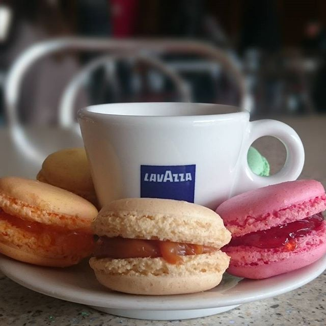 #cofetariatoscaroman #cofetariatosca #macarons #cafea #lavazza #dulciuri
