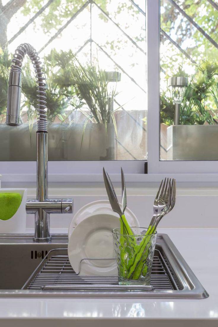 detalle de pileta y griferia: Cocinas de estilo Moderno por GUTMAN+LEHRER ARQUITECTAS