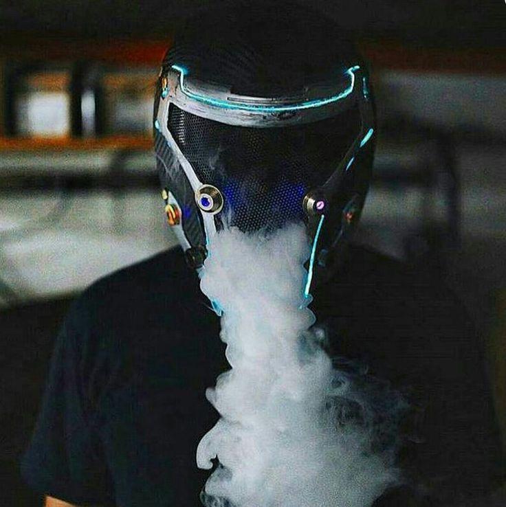 Пацан в шлеме курит вейп