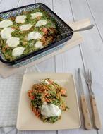 Romige pasta ovenschotel met spinazie en zalm. Het recept voor deze heerlijke pasta ovenschotel staat op mijn blog Homemade by Joke.