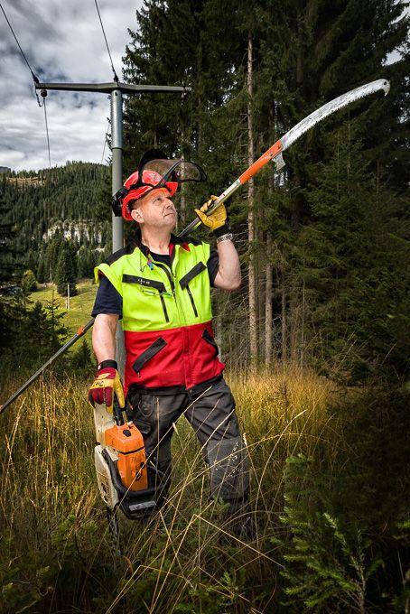 """Im Oktober bei dicken Plustemperaturen Menschen portraitieren, die im Winterdienst arbeiten ... hmmm ... Nun ja, es ging ja auch um """"vorbereitet sein"""". ;-) Bild eines Inspektor von Stromfreileitungen in Auftrag der Allgäustrom Partner."""