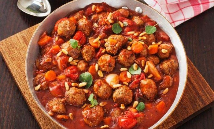Köttbullar och mustig tomatsås