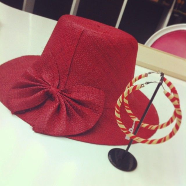 Red passion: rattan hat and beautiful red hoops