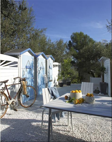 Un jardin esprit vacance http://www.m-habitat.fr/amenagement-de-jardin/amenagement-paysager/reussir-l-amenagement-de-son-jardin-741_A #abri #jardin #vacance