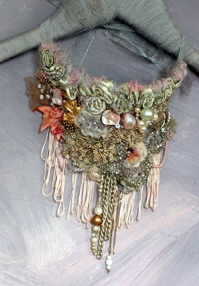 Récif corallien collier de rapport BOLD de par FleurBonheur I like the use of decrative beading. However in my neckpiece i hope to use beads and fabric flowers.