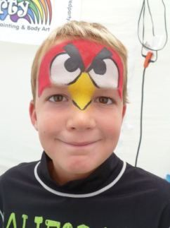 Menino com maquiagem do Angry Birds. Mais fotos de maquiagem infantil em: http://mamaepratica.com.br/2014/02/28/20-ideias-para-maquiar-seu-filho-nesse-carnaval/