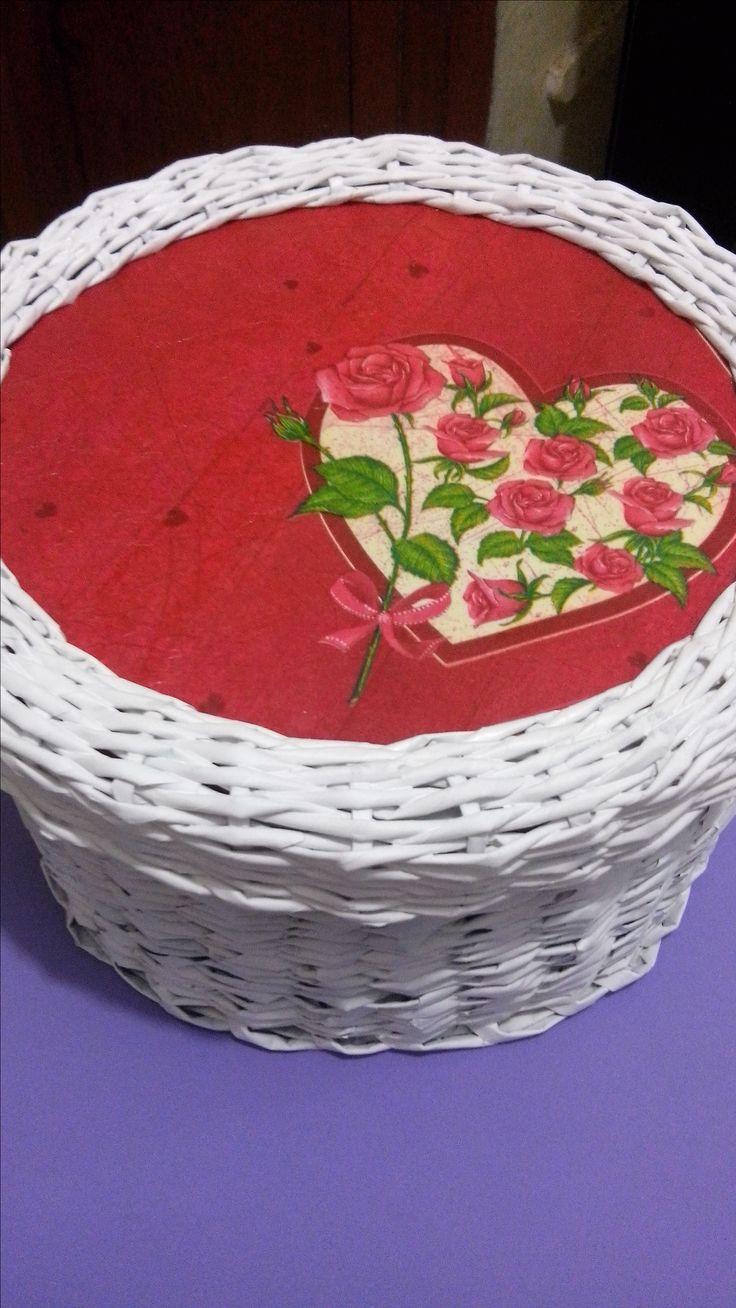 tejido de periódico y decorado. Ariadna Cruz