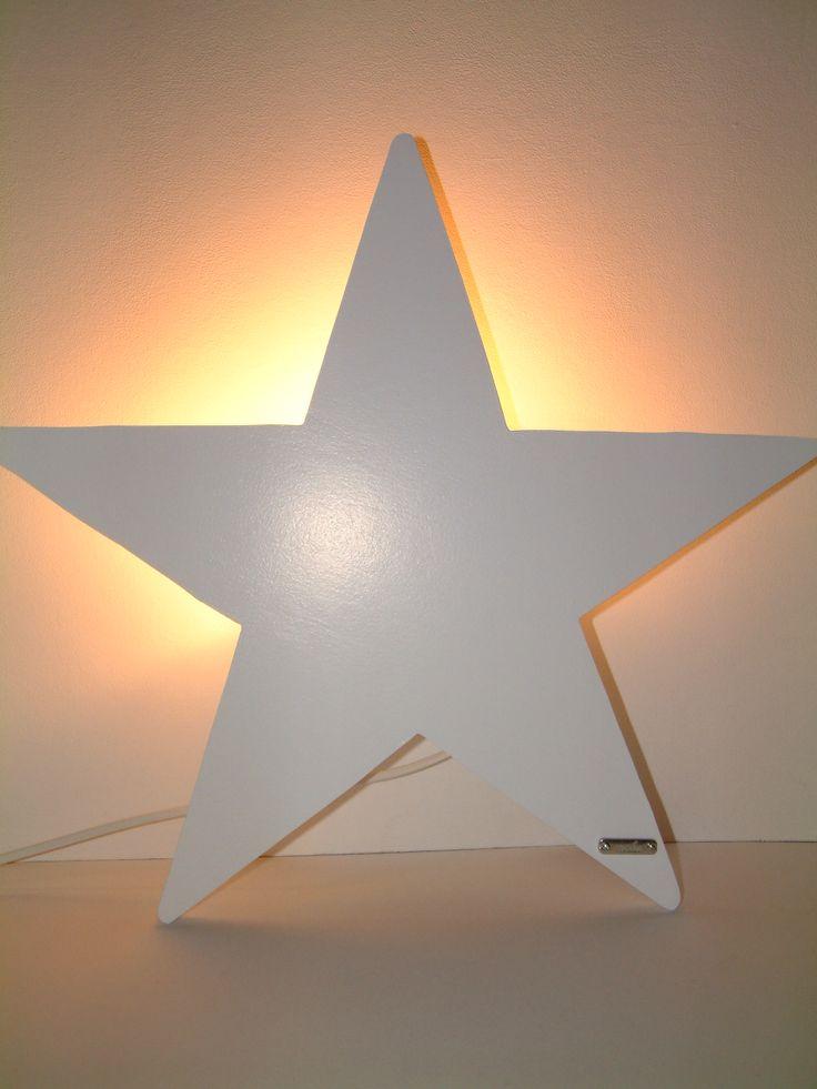 Deze unieke houten lamp als ster is op de hand vervaardigd en geschilderd. Liefelijk voor de babykamer en van zeer hoge kwaliteit. www.cocola.nl