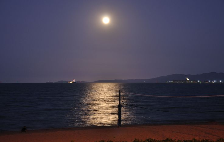 Photo looking out into Cleveland Bay towards Cape Cleveland. Nice, pre eclipse Full Moon over the water and Cape. Off to the side you can see part of the Port and towards the middle, the Magnetic Island Barge going out to the island. Nikon D90 18-105mm @ 48mm, ISO200, 2sec, F/4.8