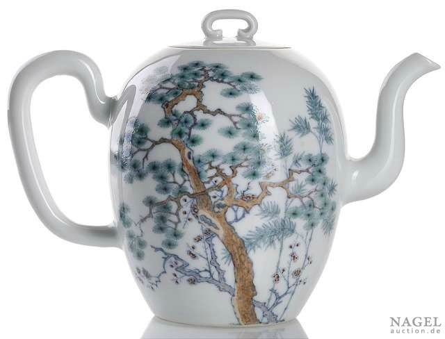 A superb and very rare Imperial doucai winepot and cover,China, underglaze-blue six-character seal mark Yongzheng and of the period.Photo Nagel Auktionen
