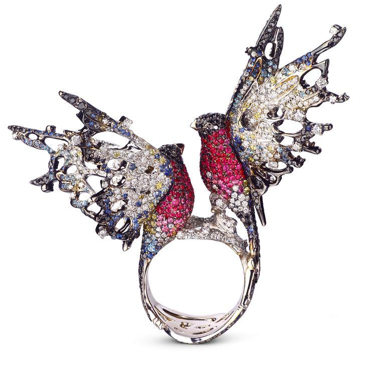КОЛЬЦО СНЕГИРИ Кольцо из белого золота с бриллиантами, рубинами, цветными сапфирами, топазами и цветной эмалью
