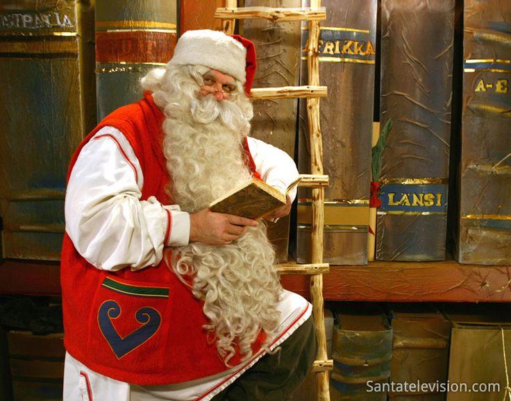 Papá Noel en su oficina con los libros de los niños buenos y traviesos