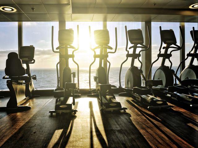 Trening cardio na maszynach może być sposobem na spalanie tłuszczu i zgubienie zbędnych kilogramów. Pod jednym warunkiem: nie chodzi o monotonne wykonywanie ćwiczeń. Trening interwałowy wg naszego planu to gwarancja sukcesu! Przed Tobą 20-minutowa sesja na orbitreku.
