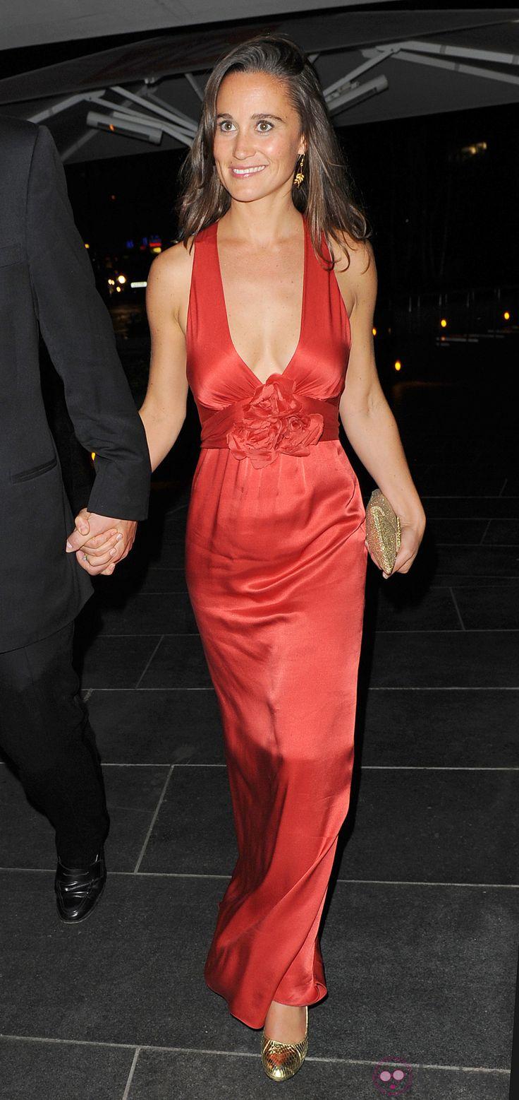 Pippa Middleton con vestido rojo de satén en la gala Boodles Boxing.