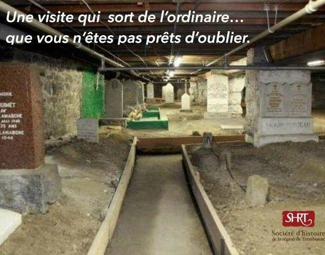 Six pieds sous terre Visite de l'église Saint-Louis-de-France et de son cimetière.