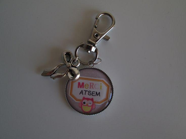 """Porte-clés """"merci ATSEM"""" avec petite chouette et breloque noeud. 7.00 euros.  A retrouver sur ma page facebook : https://www.facebook.com/Les-Bobinettes-1699438450336617/ Ou sur la boutique a little market : https://www.alittlemarket.com/boutique/les_bobinettes-2737221.html"""