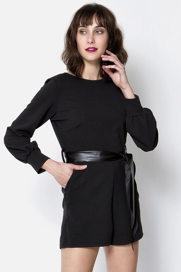 Ολόσωμη φόρμα με ανοιχτή πλάτη, τσέπες και θυλάκια με δερματίνη ζώνη - άνετη εφαρμογή.