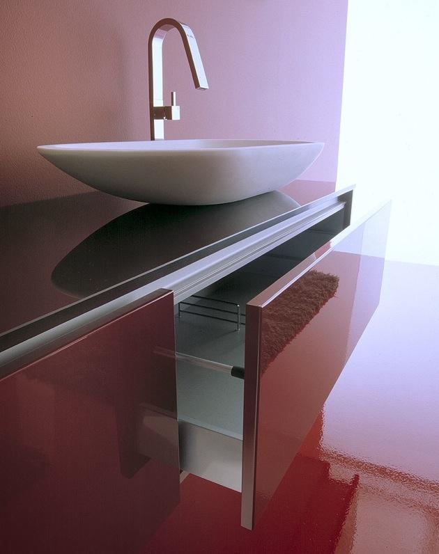 Un bagno dai luminosi riflessi di vino #arredobagno #bagno #bathroom #bath #design #interiors #puntotre #lavabo  http://www.arredobagnopuntotre.it/portfolio/brill-br06/