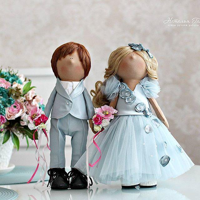 Как мне нравится сегодняшняя свадебная мода... И платье невесты совсем не обязательно должно быть белым.....цвет неба после дождя.....цвет  воздуха, наполненного любовью, нежностью и счастьем!  Поцелуйте своих любимых и берегите своё счастье! Куколки теперь будут красоваться в свадебном салоне среди шикарных нарядов для прекрасных невест#gayadolls#куклыручнойработы#моялюбовь#handmade#fabricdoll#кукланазаказ#декордома#декор#дизайн#подарокналюбойслучай#подарокручнойработы#interior...