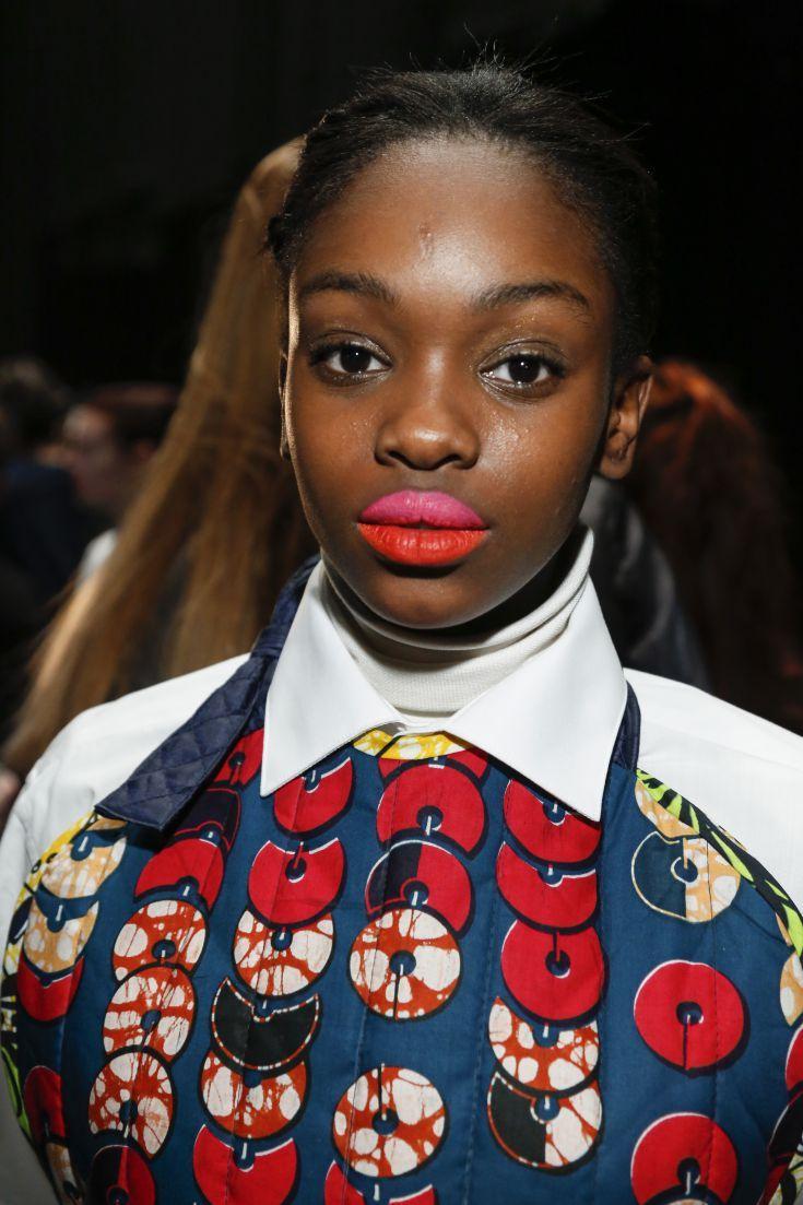 Fuchsia roze op de bovenlip en een helderrode lippenstift op de onderlip zagen we tijdens de show van Liselore Frowijn