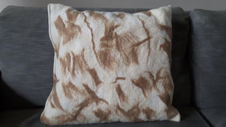 Handmade felted cushion with merinowool and opussumwool/ handgemaakt kussen van merinowol en buidelrat door wefeltit op Etsy