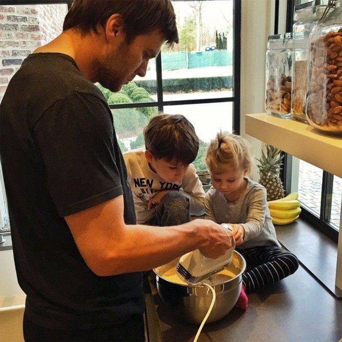 TOM BRADY cooking with his and wife Gisele Bündchen's kids, Vivian and Benjamin - Διάσημοι μπαμπάδες μαγειρεύουν παρέα με τα παιδιά τους | Table Art - Art de la Table