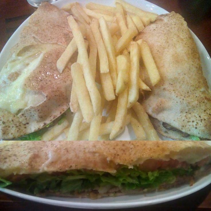 Um lanche que acaba perdendo bastante seu brilho devido à um ingrediente mal colocado, e onde a aparência também deve bastante, de resto algo muito comum e normal que pode ser encontrado em qualquer lugar, inclusive com preços melhores.  #comida #jantar #restaurante #pizzaria #lanchonete #beirute #rosbife #pao #mussarela #alface #tomate #MolhoEspecial #XinGourmet #ViaRoma #dinner #restaurant #food #carne #queijo #MolhoDeTomate  Beirute de Rosbife - R$24,90 em Via Roma.