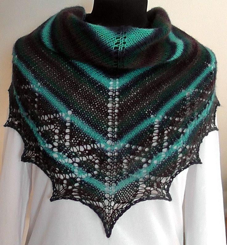 pletený šátek Šáteček je upletený z kvalitní zahraniční příze, barvy v melíru: zelená, modrá, fialová, tyrkys. Rozměry: nejdelší strana cca 120 cm, v cípu cca 55 cm.