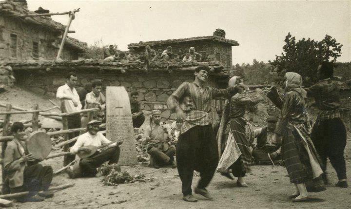 Tahtacı Türkmenler.Fotğrfta o kadar çok dety varki.Kemanın çalnş şekli,Bağlama çalanın arkasndaki döven,damdn izlynlr
