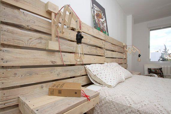 Un cabecero para la cama de palets con mesitas incorporadas
