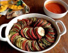 Berinjela, abobrinha, tomate e pimentão vermelho. Esses quatro ingredientes juntos são uma combinação perfeita. A receita é do século XVIII, da região francesa de Provence, mas eu só tive interesse em fazê-la em 2007, quando a Pixar apresentou a sua... #abobrinha #alimentaçãosemcarne #berinjela
