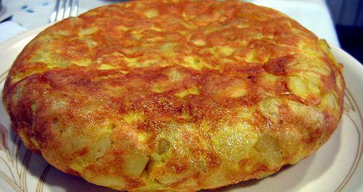 Facile e veloce da fare la tortilla di patate che piace a tutta la famiglia. Un secondo piatto perfetto da servire tiepido o anche freddo