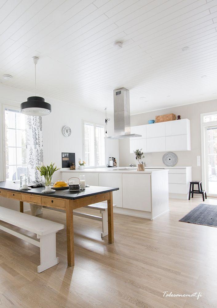 Moderne keuken met een lange houten eettafel meer wooninspiratie op mijn interieurblog http - Moderne eettafels ...