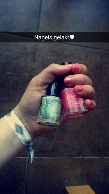 Ik heb mijn nagels gelakt met de nagellak van de Hema. De merken zijn: Special Effect, Nail Polish. Het staat samen heel mooi. Roze met goeden glitters.