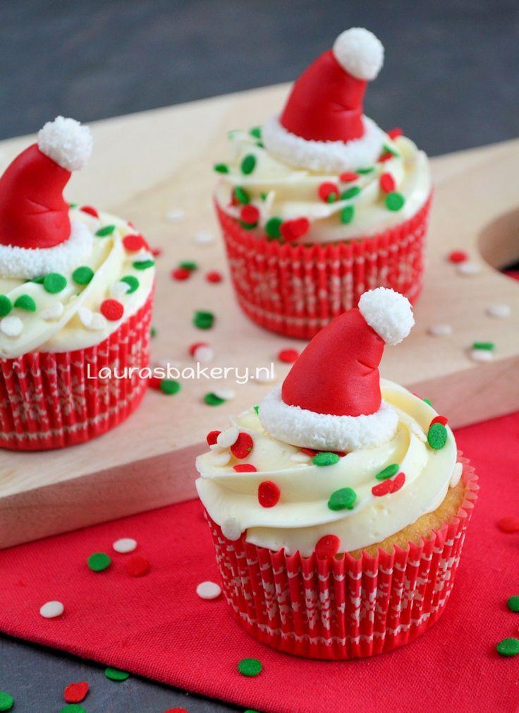 Cupcakes met kerstmuts topper http://www.laurasbakery.nl/cupcakes-met-kerstmuts-topper/