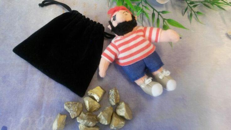 Stukken goud tellen.  Met goud bespoten stenen.  Tellen, verdelen, hoeveel hebben de piraten meegenomen en nog veel meer reken activiteiten  bij project piraten.