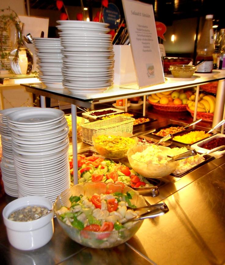 Salaattipöytä lounasaikaan.
