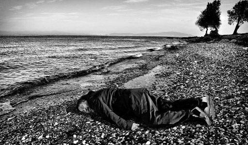#LAFOTO - Lo scatto di #AiWeiwei (@aiww) in #mostra all#IndianArtFair a #NewDelhi. L'#artista ha realizzato questa #foto per ricordare #AylanKurdi il bambino di tre anni trovato morto su una #spiaggia turca e puntare ancora i riflettori sul dramma dei rifugiati.