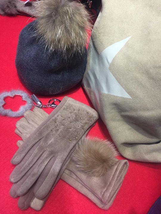 :::::::::  O F E R T A S ::::::::  Hemos vuelto a bajar los precios  Los guantes 7.95  bolso 19.95 gorros pompón natural ( quita y pon ) 9.95  Buen finde  #Algorta #Getxo #ofertas