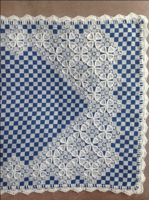 Chicken Scratch on blue gingham table runner -- Beautiful work -- Caminho de mesa bordado em tecido xadrez.
