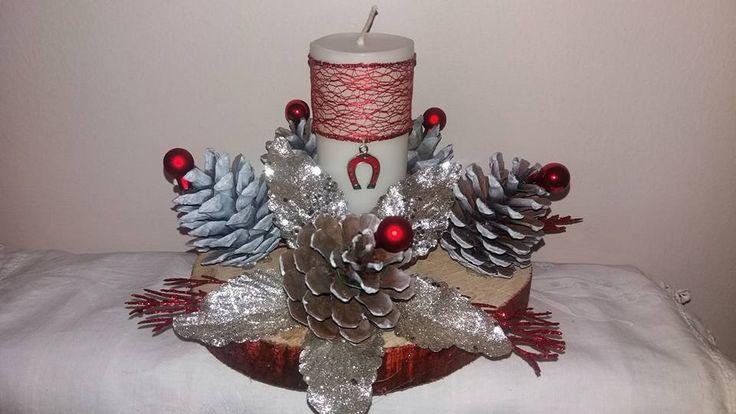 Γιορτινη Συνθεση☆☆☆☆απο κουκουναρια♡♡♡ αρωματικο χειροποιητο κερι βανιλιας ☆☆☆με Γουρι Πεταλο☆☆☆ επανω σε Ξυλο κοπης Δρυος!!!