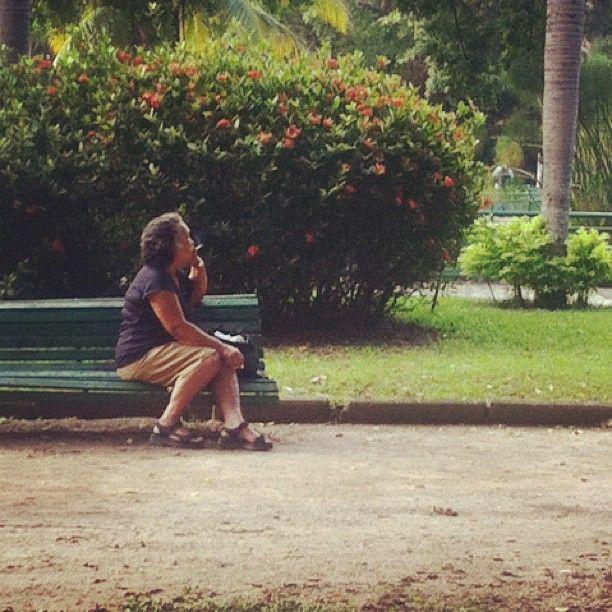 """""""fumer et regarder dans le vide sur le banc de parc"""", Praça Nossa Senhora da Paz — 2012"""