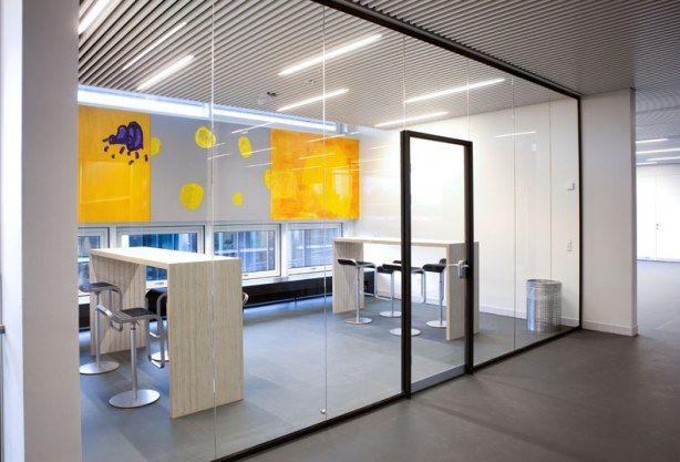 Deko har leveret glasvæggge til grupperum og klasselokaler. I lofterne fra Dampa er indbygget elegante Ray-armaturer fra Fagerhult – en løsning, som giver et roligt og rent udtryk.