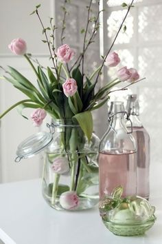 Weckfles, water roze maken en mooie pastelkleurige nepbloemen erin Leuk idee; bloemen in glazen (weck)potten/flessen!