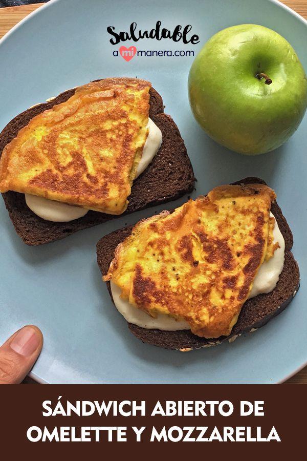 Un sándwich abierto es una opción saludable si estás bajando de peso o cuidando tu alimentación, ya que en lugar de utilizar 2 panes para un sándwich tradicional, haremos 2 con 1 rebanada cada uno.  Al omelette le puedes agregar champiñones, espinacas, acelga, kale o cualquier verdura fresca que tengas a la mano.  El queso mozzarella lo puedes sustituir por un queso panela bajo en grasa u otro de tu elección, solo te recomendamos no excederte en las cantidades. Queso Panela, Sandwiches, Queso Mozzarella, French Toast, Breakfast, Food, Healthy Breakfasts, Easy Food Recipes, Cook