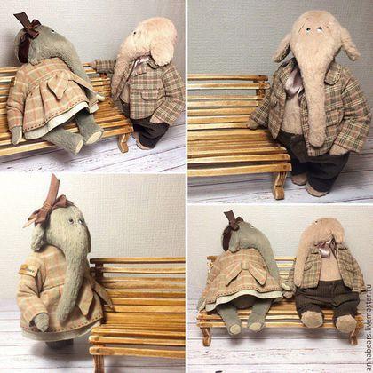 Купить или заказать ТОМАС в интернет-магазине на Ярмарке Мастеров. Томас - очаровательный слон. Вискоза, Глазки - стекло, Набивка - опилки, Внутри металлический гранулят для веса, На шплинтовом соединении. Пиджак и брючки сшиты из американского хлопка, ленточка - шелк. Вся одежда съемная. Томас может сидеть, стоит с задним упором. Томас сшит полностью вручную (без использования швейной машинки). Не предназначен для игры, использовать только как интерьерную игрушку.