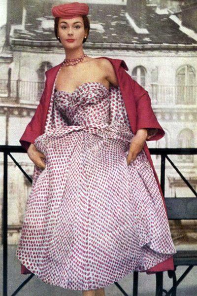 Коктейльное платье из расшитой мелким узором органзы (коллекция Tulip) в ансамбле с пальто ярко-розового цвета на подкладке из ткани платья. Автор фото — Генри Кларк